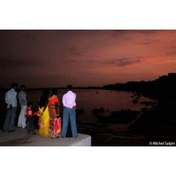 Sur les bords du Gange à la tombée de la nuit