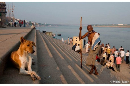 Pélerins sur les bords du Gange à Bénarès