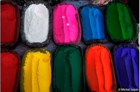 Peintures en poudres au marché de Katmandou