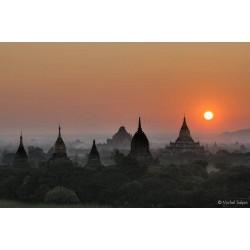 Coucher de soleil sur le site archéologique de Bagan