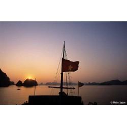 Au couchant, sur un bateau dans la baie d'Along