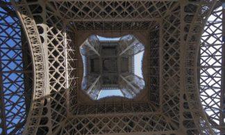 Sous la Tour Eiffel à Paris