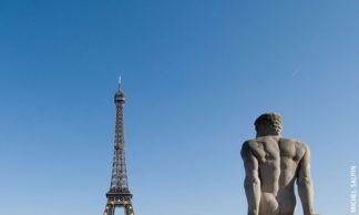 Statue et Tour Eiffel à Paris
