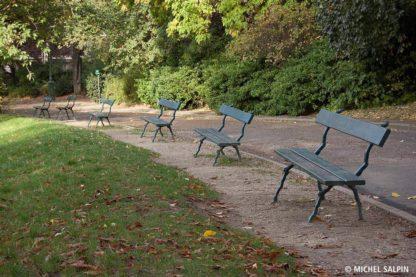 Bancs publics au parc des Buttes-Chaumont à Paris