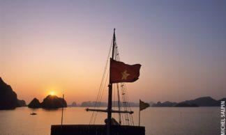 Coucher de soleil sur la baie d'Along - Vietnam