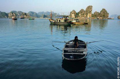 Dans la baie d'Along au Vietnam