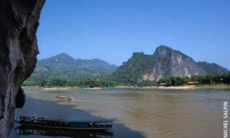 Vue des grottes de Pak Ou sur le Mékong et la Nam Ou au Laos