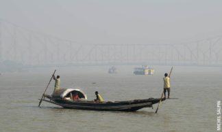 Petite embarcation sur le Gange à Calcutta en Inde