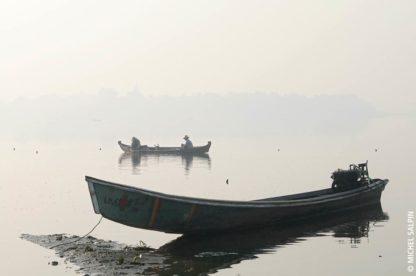 Barques de pêche sur le lac Taungthaman à Amarapura en Birmanie