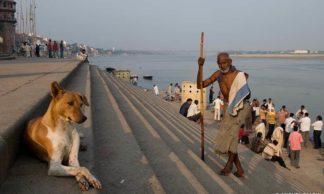 Scènes de vie sur la rive du Gange dans les ghats de Varanasi