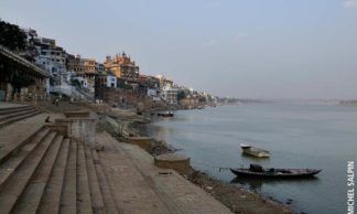 Sur la rive du Gange dans les ghats de Varanasi