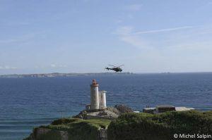 Puis un hélicoptère