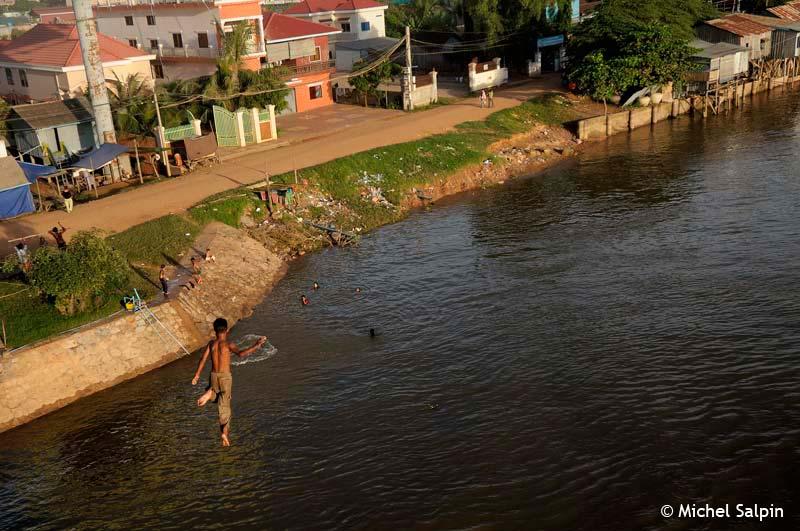 saute dans le Tonle Sap