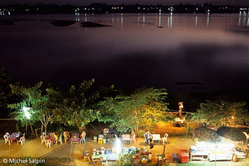 Gargottes le soir sur les rives du Mekong